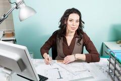 Architecte à son bureau fonctionnant avec des modèles dans l'avant Image libre de droits