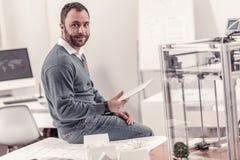 Architecte adulte agréable tenant un comprimé dans le bureau images libres de droits