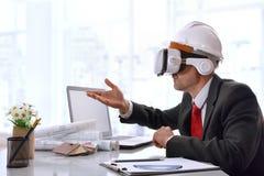 Architecte agissant l'un sur l'autre avec le contenu 3d en verres de réalité virtuelle Images libres de droits