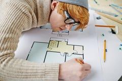 Architecte au-dessus de croquis Image stock