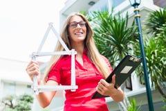 Architecte avec la règle de pliage devant la maison image libre de droits