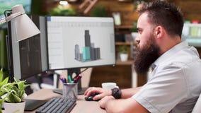 Architecte barbu doué travaillant dans le logiciel 3D banque de vidéos