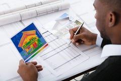Architecte Calculating Heat Temperature images libres de droits