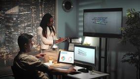 architecte 3D travaillant à un certain prototipe et discutant le projet avec son collègue de métis clips vidéos