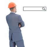 Architecte dans le casque regardant la ligne de recherche Images stock