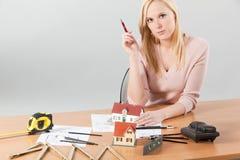 Architecte de femme à sa table de travail Photos libres de droits