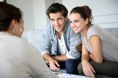 Architecte de réunion de couples et discussion de la nouvelle construction photos stock