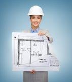 Architecte de sourire dans le casque blanc avec des modèles Photos libres de droits
