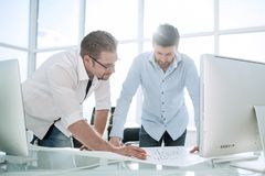 Architecte deux travaillant avec des modèles pour le plan architectural images stock