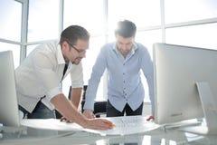 Architecte deux travaillant avec des modèles pour le plan architectural photo stock