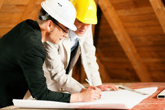 Architecte et ingénieur de construction avec le plan Photo stock