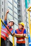 Architecte et surveillant d'Asien sur le chantier de construction Photographie stock libre de droits