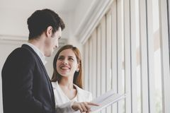 Architecte féminin montrant à son patron les immobiliers construisant le pl photo libre de droits