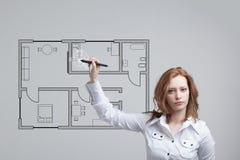 Architecte féminin travaillant avec un appartement virtuel Photo stock