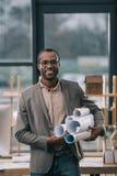 architecte gai d'afro-américain tenant des modèles photo libre de droits