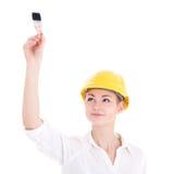 Architecte heureuse de femme d'affaires dans la peinture jaune de casque de constructeur Photographie stock libre de droits
