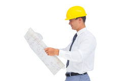 Architecte lisant un plan avec le casque jaune photos libres de droits