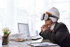 Architecte observant le contenu 3d en verres de réalité virtuelle Photographie stock
