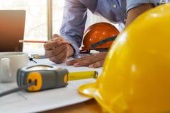 Architecte ou ingénieur travaillant au modèle dans le bureau, concept architectural images stock