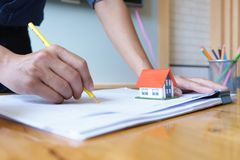 Architecte ou ingénieur utilisant le crayon jaune travaillant au modèle sur le lieu de travail - projet architectural, concept de photo stock