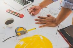 Architecte ou ing?nieur travaillant au mod?le dans le bureau, concept architectural photo libre de droits