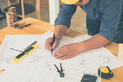 Architecte ou planificateur travaillant aux dessins pour la construction photos libres de droits