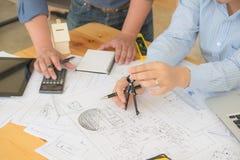 Architecte ou planificateur travaillant aux dessins pour la construction photographie stock