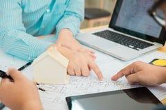 Architecte ou planificateur travaillant aux dessins pour la construction photos stock