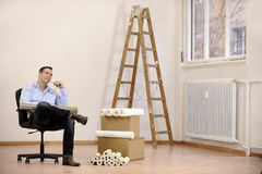 Architecte ou propriétaire dans le bureau vide photo stock