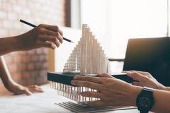 Architecte passant en revue le modèle architectural dans le bureau image libre de droits