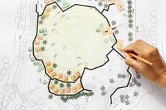 Architecte paysagiste Designing sur le plan d'analyse de site Images libres de droits