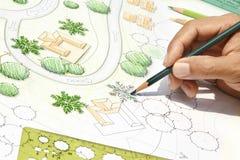 Architecte paysagiste Designing sur le plan de situation Photographie stock libre de droits
