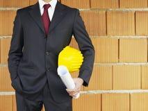 Architecte près de mur rouge Image stock