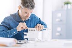 Architecte professionnel travaillant au bureau, il assemble un concept architectural de modèle, d'ingénierie et d'architecture images stock