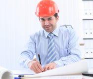 Architecte regardant fonctionnant dans le bureau le bureau image libre de droits