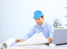 Architecte regardant fonctionnant dans le bureau le bureau. Images stock