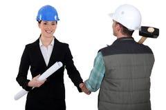 Architecte serrant la main de constructeurs Image stock
