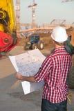 Architecte travaillant à l'extérieur sur un chantier de construction Photographie stock