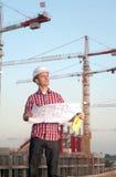 Architecte travaillant à l'extérieur sur un chantier de construction Images libres de droits