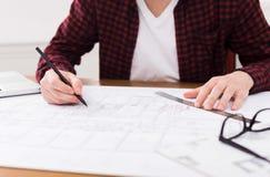 Architecte travaillant au modèle dans le bureau Image stock