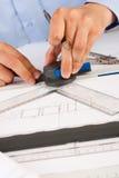 Architecte travaillant sur des plans architecturaux photo stock