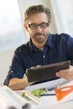 Architecte Using Digital Tablet au bureau dans le bureau image libre de droits