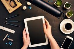 Architecte Working On Blueprint Lieu de travail d'architectes - projet architectural, modèles, PC de comprimé Outils d'ingénierie photo libre de droits