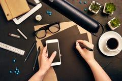 Architecte Working On Blueprint Lieu de travail d'architectes - projet architectural, modèles, PC de comprimé Outils d'ingénierie photo stock
