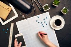Architecte Working On Blueprint Lieu de travail d'architectes - projet architectural, modèles, PC de comprimé Outils d'ingénierie image stock