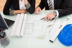 Architecten die blauwdrukken bespreken Stock Afbeeldingen