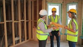 Architecten die de bouw van het huis plannen stock footage