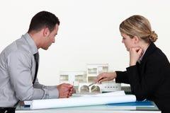 Architecten die een gebouw evalueren Stock Afbeeldingen