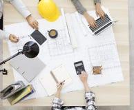 Architecten en ingenieurs die op nieuw project plannen stock fotografie