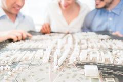 Architecten met model voor stedelijke ontwikkeling royalty-vrije stock foto
